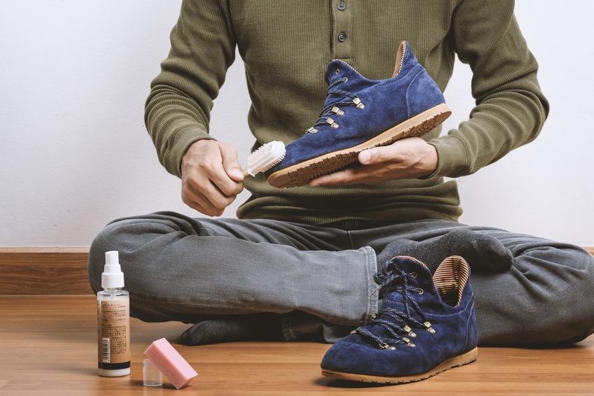 Éliminer la poussière chaussures daim